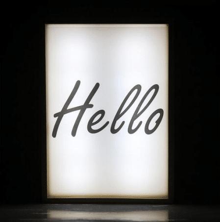 Caja de luz de madera con póster
